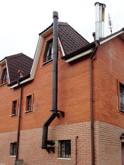 Дымоход стальной на фасаде шиберы дымоходов для газовых котлов